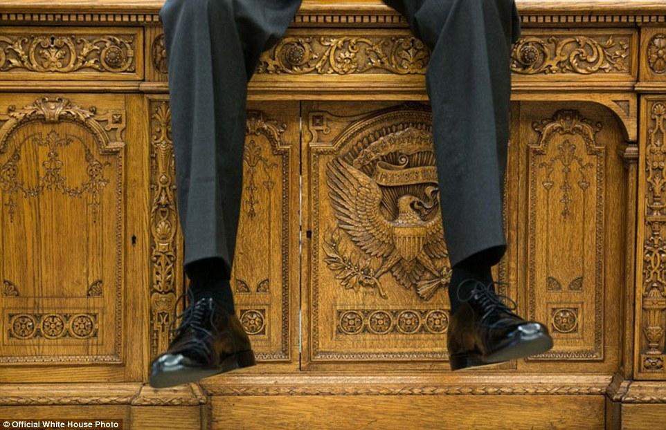 3A3F917C00000578-3926100-October_1_2015_I_focused_on_the_detail_of_the_Resolute_Desk_as_t-a-20_1478871703841