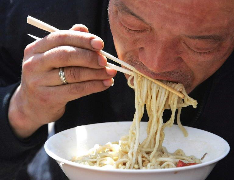 Зошто Азијците јадат со стапчиња