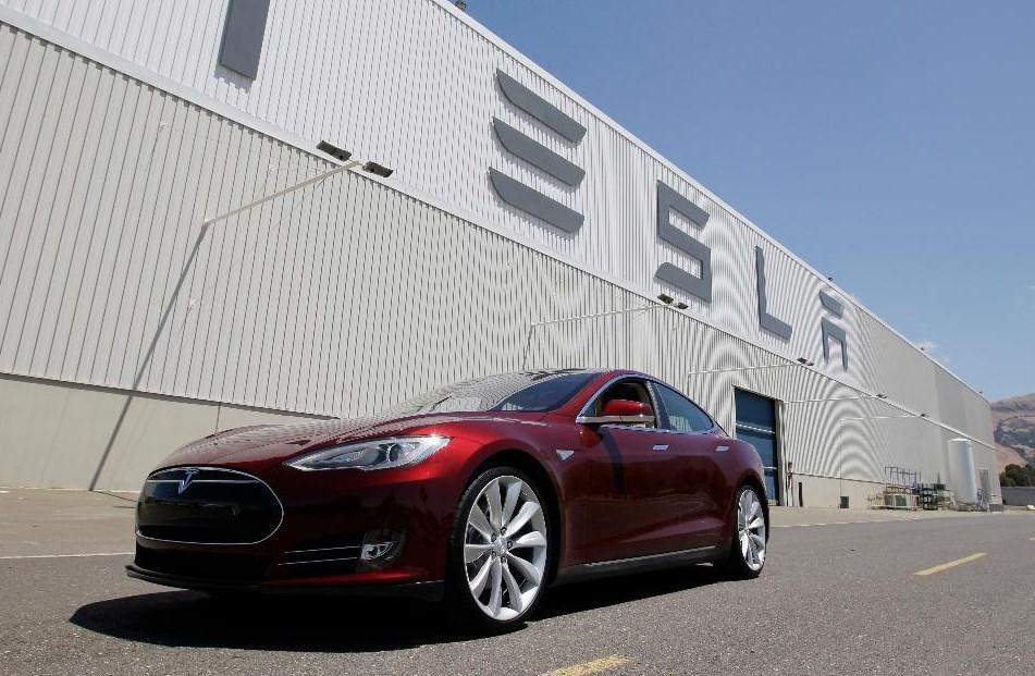 elektromobilite-na-tesla-sami-ke-odat-na-servis