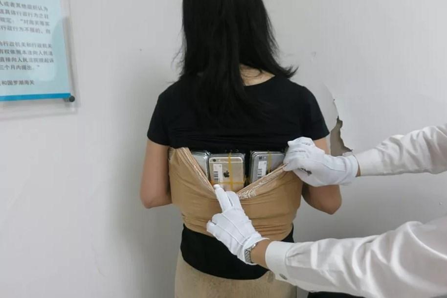 Се обидела да прошверцува 102 iPhone и залепени околу телото