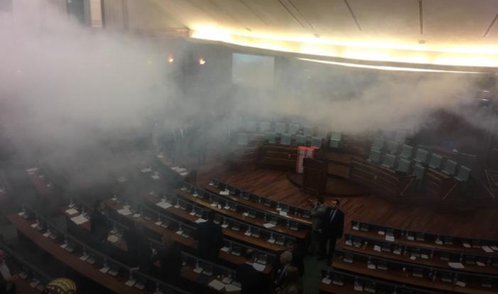 Кај нас вода  ама во косовскиот парламент се фрлаат димни бомби